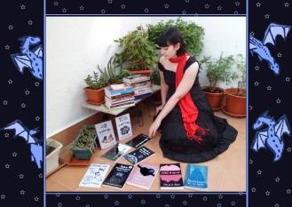La escritora Déborah F. Muñoz con sus libros