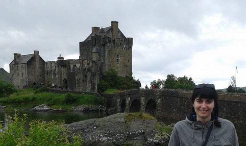 La bloguera Déborah F. Muñoz en el castillo de Eilean Donnan, Escocia