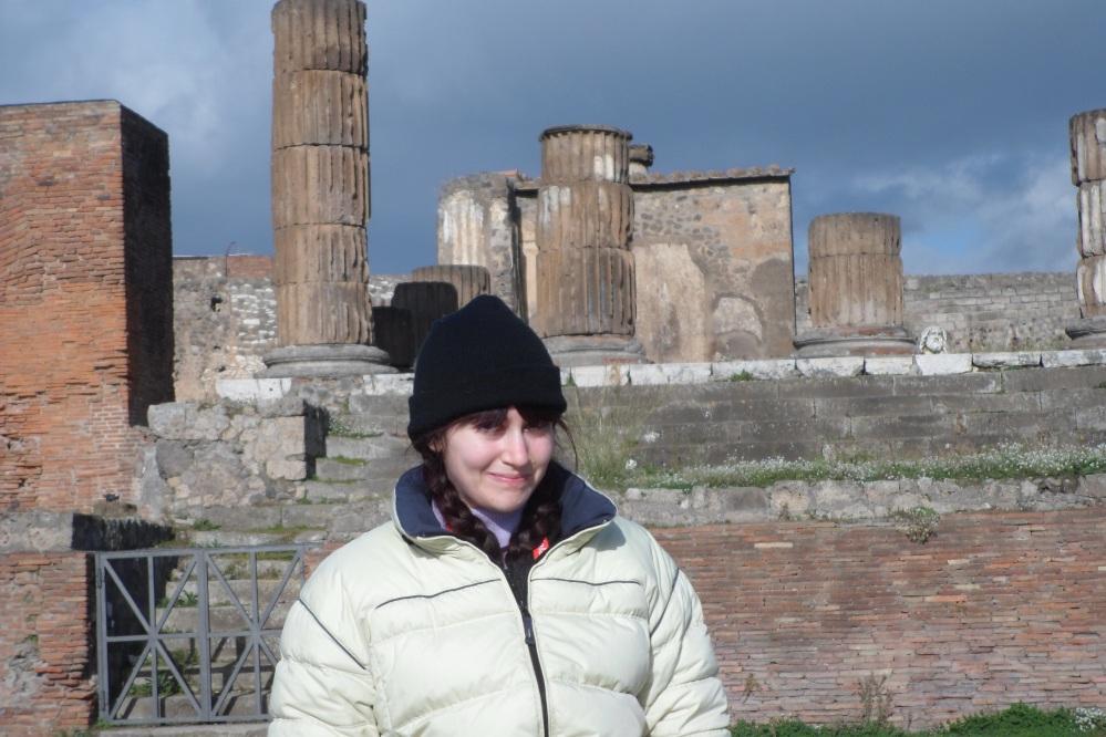 La bloguera Déborah F. Muñoz en el Templo de Zeus, en Pompeya. Viaje