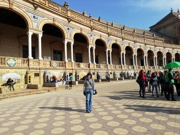 Déborah F. Muñoz en la plaza de España, viaje a Sevilla